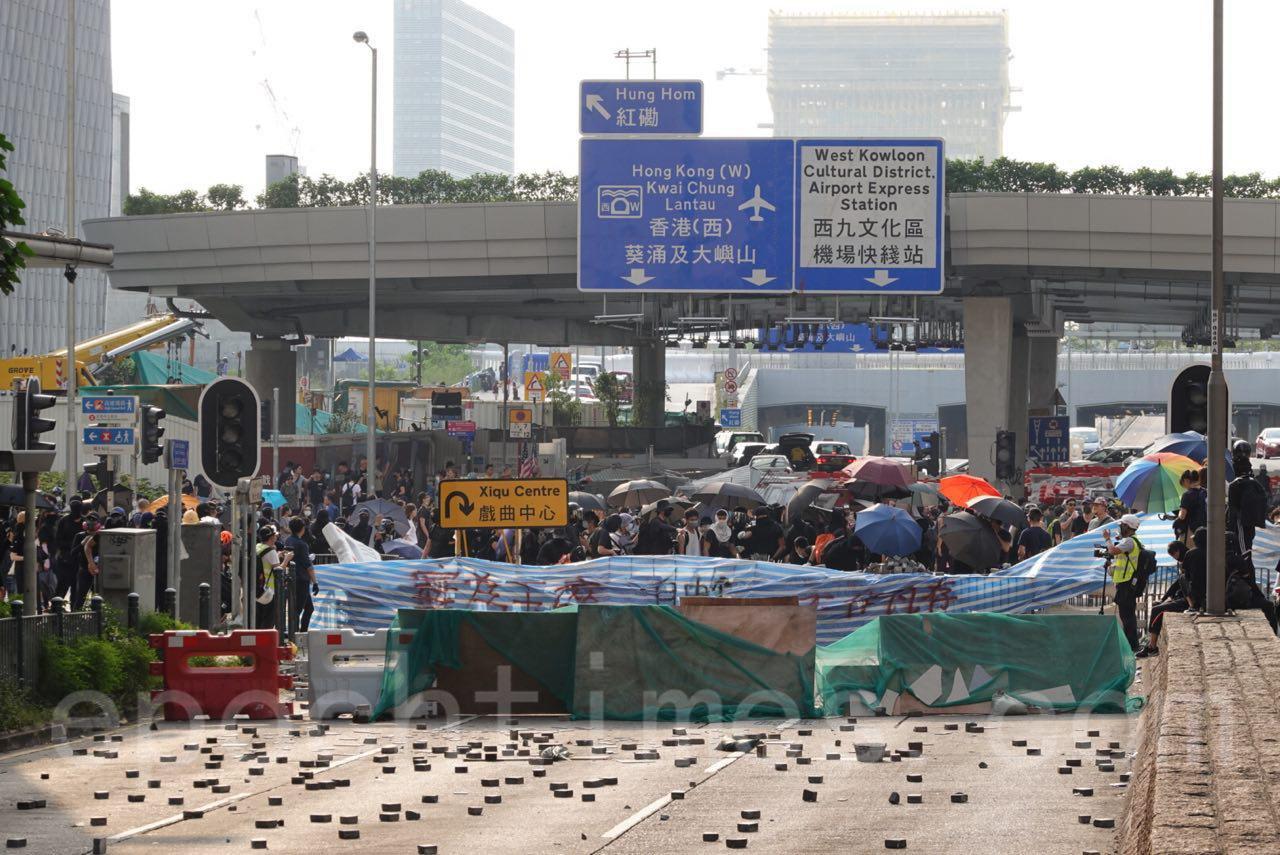 10月20日,在催淚彈和水炮車的噴射下, 35萬港人遊行反惡法 促重組警隊。(余鋼/大紀元)