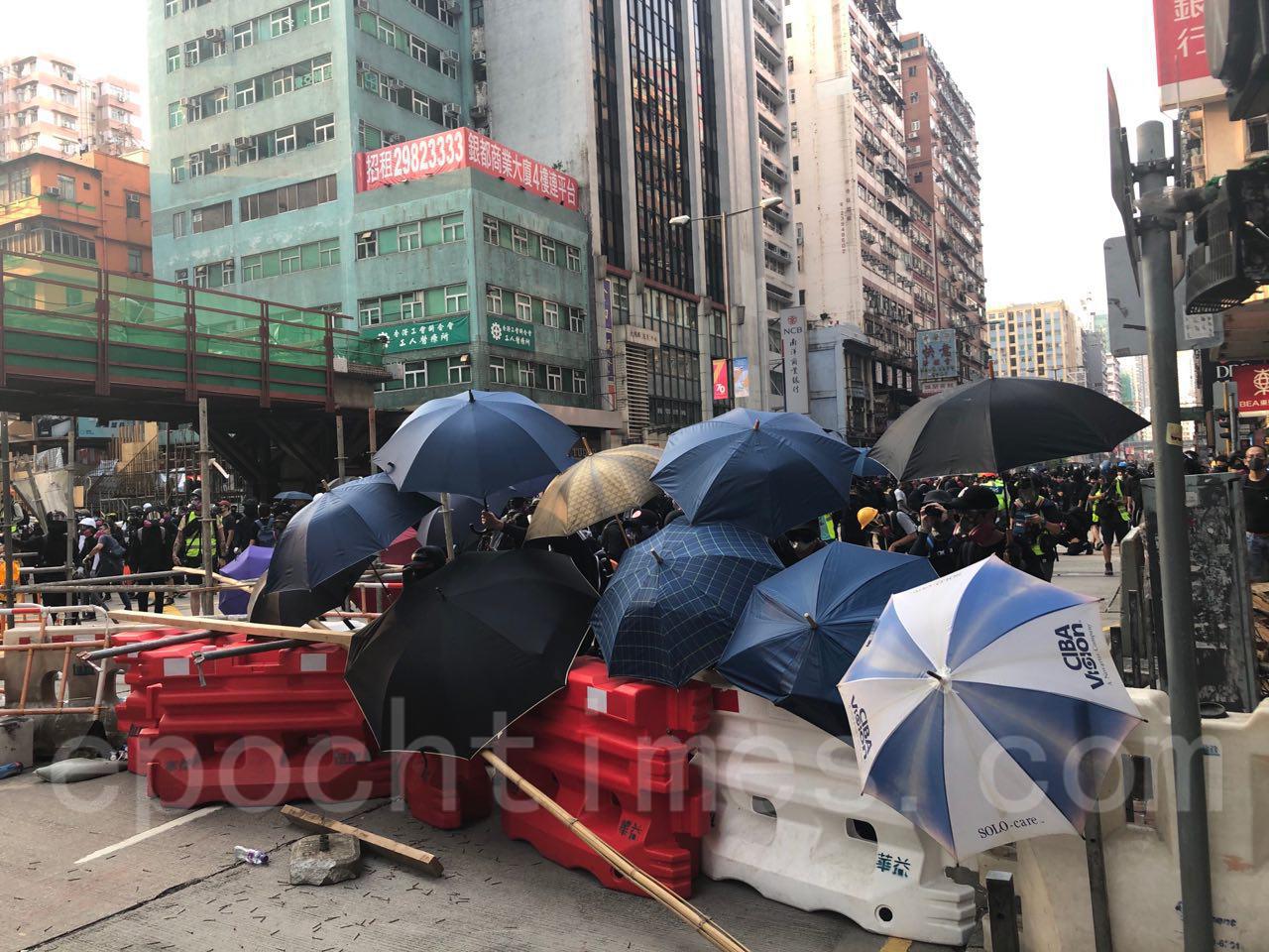 10月20日,在催淚彈和水炮車的噴射下, 35萬港人遊行反惡法 促重組警隊。(余天佑/大紀元)