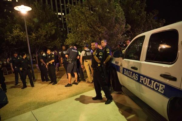 達拉斯狙擊手槍殺5名警察,在和警方對峙多時後,最終被警方的「炸彈機械人」炸死,這也是美國警方首次利用這種高科技對付罪犯。(LAURA BUCKMAN/AFP/Getty Images)