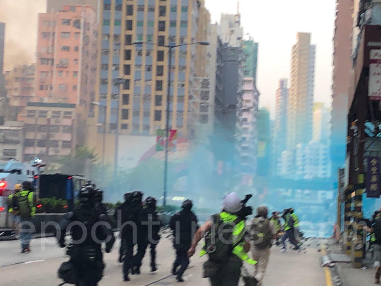 10月20日,在催淚彈和水炮車的噴射下, 35萬港人遊行反惡法 促重組警隊。(宋碧龍/大紀元)