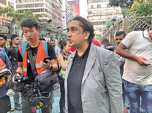 回教教徒Philip Khan 斥警方水炮車射清真寺,是侮辱伊斯蘭教,表示非常憤怒。(梁珍/大紀元)