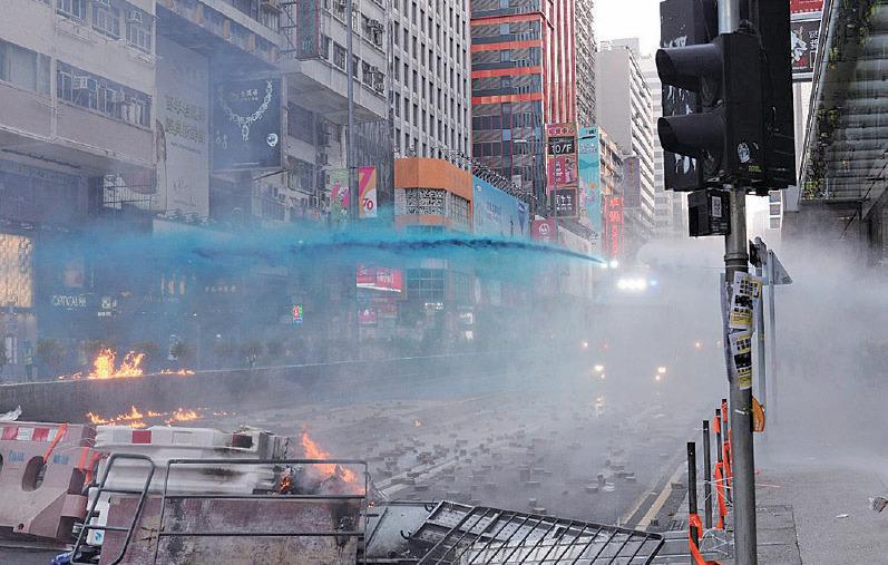 防暴警察、兩架水炮車由尖沙咀一路追截抗爭者至旺角,沿途不停發射催淚彈,尖沙咀的清真寺也被水炮車藍色水劑射中。(宋碧龍/大紀元)