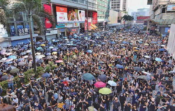 35萬名遊行市民擠滿梳士巴利花園、梳士巴利道及彌敦道來回行車線。(宋碧龍/大紀元)