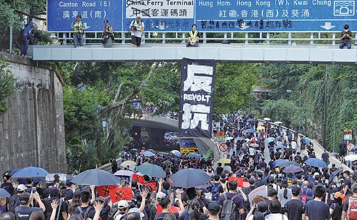 部份遊行人士由尖沙咀中間道向原定終點高鐵西九龍站前行。(余鋼/大紀元)