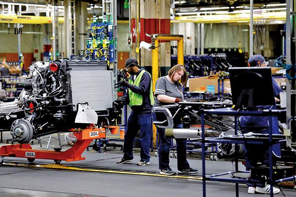 美聯儲的數據顯示,美國製造業扣除汽車和其零組件後的產出在今年第三季下滑0.7%,為2016年下半年以來最差表現。圖為通用汽車製造組裝生產線。(AFP)