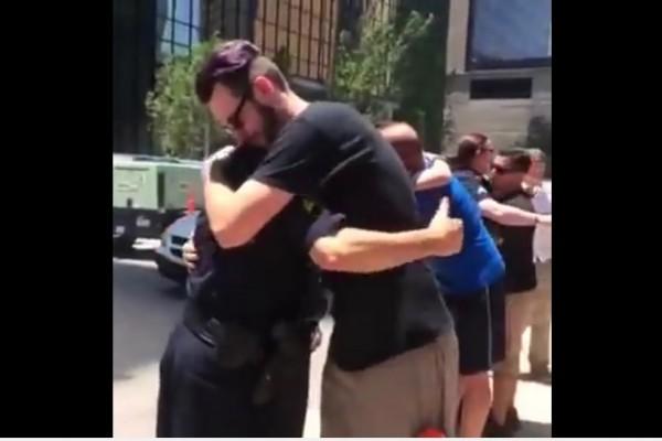 襲警案後 美國居民對警察做這件事