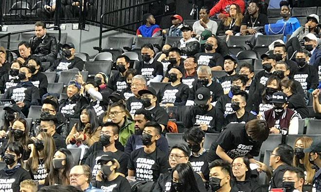 挺香港 數百人著黑衣現身NBA紐約賽場