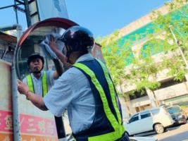 台灣馬路天使 七十七歲老翁 八年擦淨十五萬個反光鏡