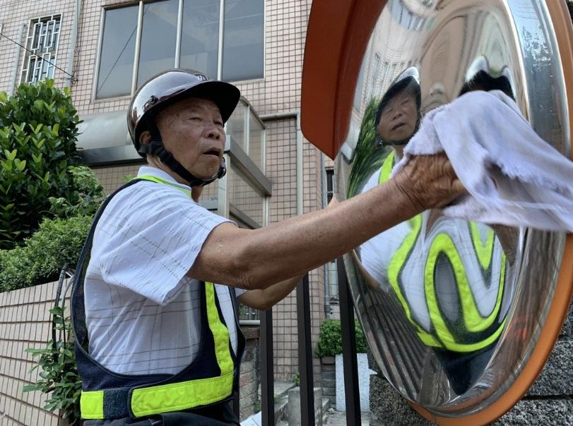 爺爺每天凌晨3點出門,帶著鋁梯、抹布擦拭反光鏡。(新北市交通局提供)