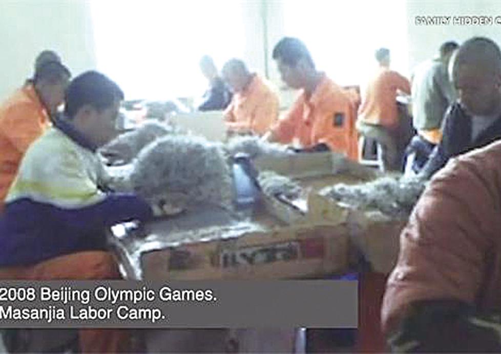 法輪功學員在勞教所裏被強迫長時間做奴工。(影片截圖)