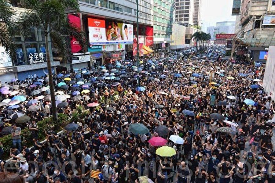 2019年10月20日,香港九龍大遊行,市民步行到尖沙咀參加遊行,人數眾多,已佔據大半彌敦道。(宋碧龍/大紀元)