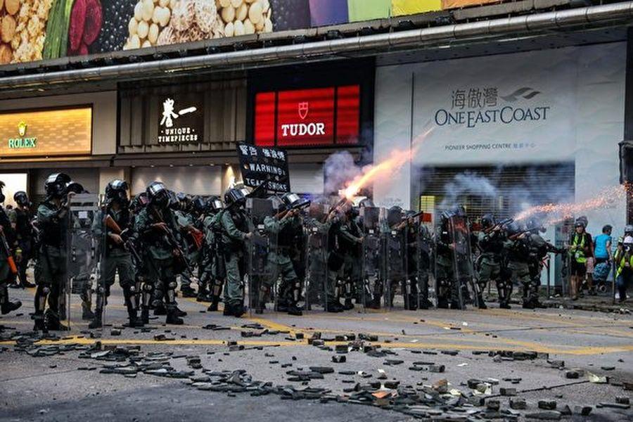 2019年10月20日,九龍區大遊行,在旺角警察向抗爭者發射催淚彈。(DALE DE LA REY/AFP via Getty Images)