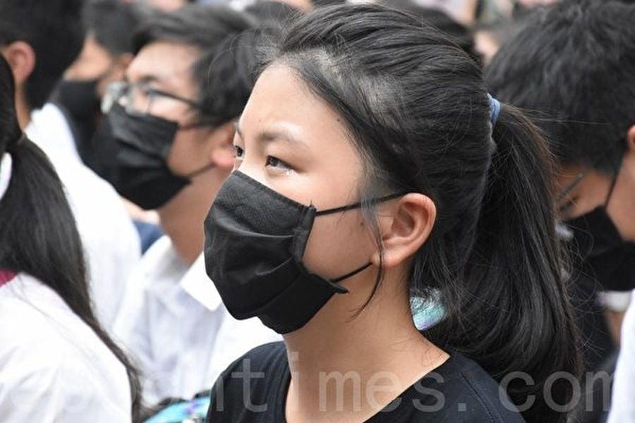 2019年09月30日,香港中學生在遮打花園罷課集會,擬再「三罷」促政府回應。聽老師講話,很多學生都感動流淚。(孫明國/大紀元)