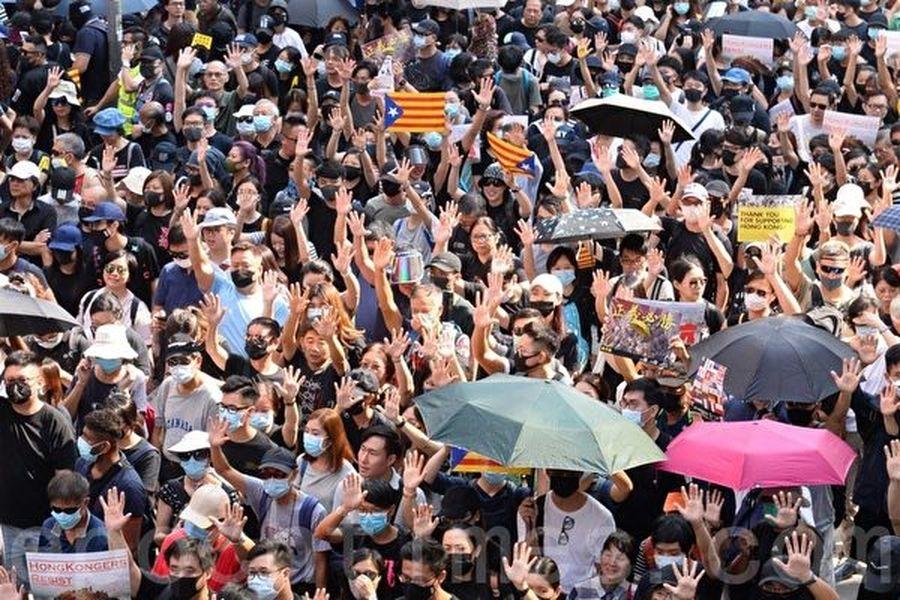 10月20日,香港九龍大遊行,市民步行到尖沙咀參加遊行,人數眾多,已佔據大半彌敦道。(梁珍/大紀元)