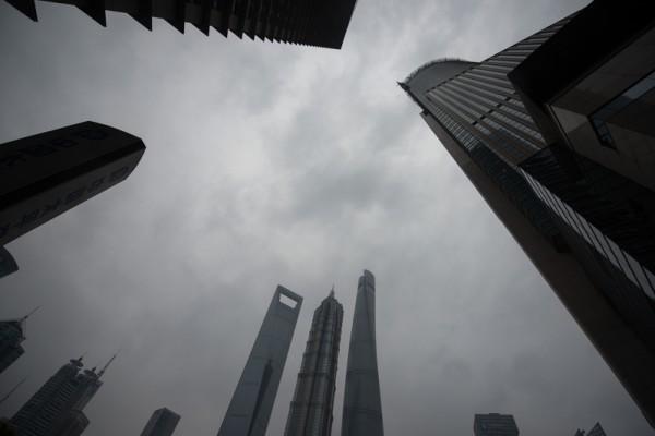近期,習近平當局做了六大動作,步步緊逼江澤民及以江為首的「上海幫」。圖為,上海陸家嘴金融區一景。(JOHANNES EISELE/AFP/Getty Images)