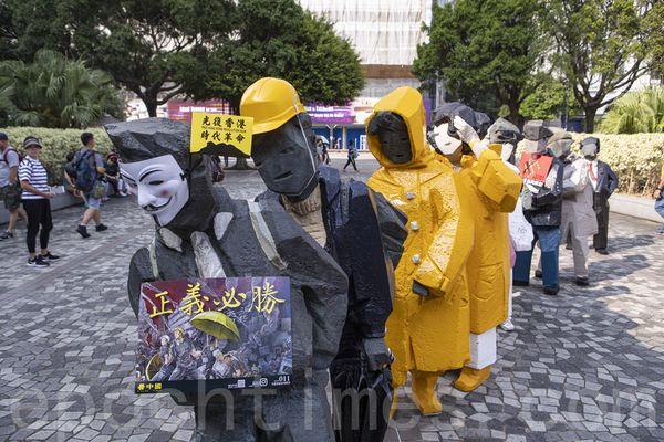 2019年10月20日,香港九龍大遊行,反對政府強推「反蒙面法」,市民步行到尖沙咀參加遊行。圖為民眾拿著「正義必勝」標語。(余鋼/大紀元)
