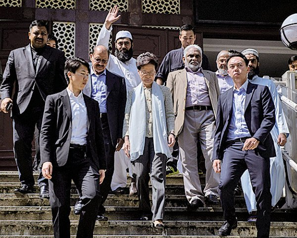 林鄭昨親到清真寺道歉,進入寺時被斥是「殺人兇手」。圖為她下台階離開。(ED JONES/AFP via Getty Images)