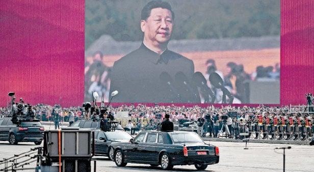在經濟增長「保六」似乎已經是不可能完成的任務之際,北京為了維護統治大肆煽動民族主義,搞大規模閱兵即是其中之一,但很快發現這是一把「雙刃劍」。目前當局已為大陸的民族主義降溫。 (AFP)