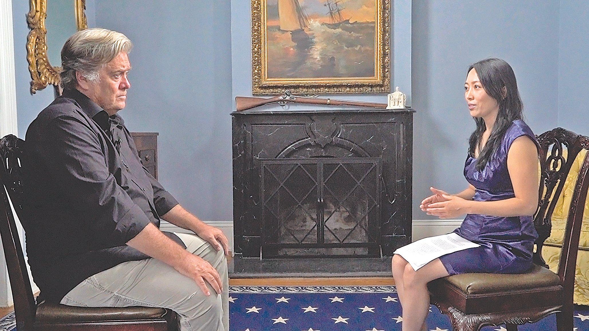 新唐人《世事關心》節目主持人蕭茗再次採訪了白宮前首席戰略顧問班農先生(左)。(新唐人)