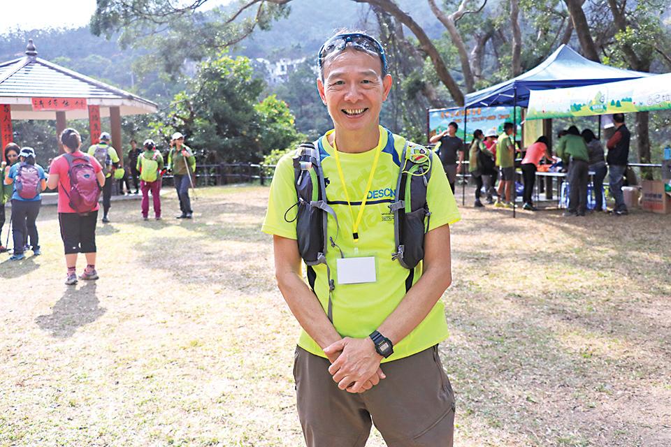 退休警員李正(正哥)是「清徑先鋒」發起人之一,他相信「德不孤,必有鄰」。