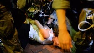 港警鳴槍鎮壓元朗集會 女抗爭者遭掀上衣
