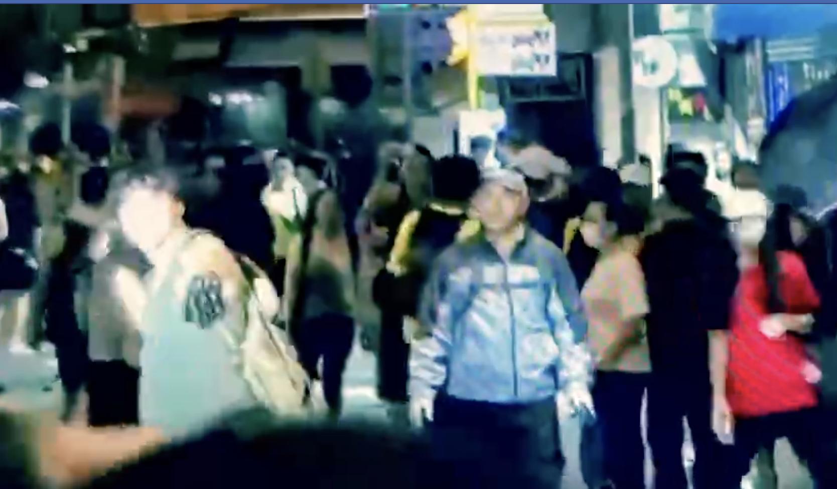 22日有民眾在社交平台發信稱,21日晚在元朗,疑似建制派的人與黑衣人發生衝突,警察選擇性地抓捕黑衣者,引發街坊不滿。(視頻截圖)