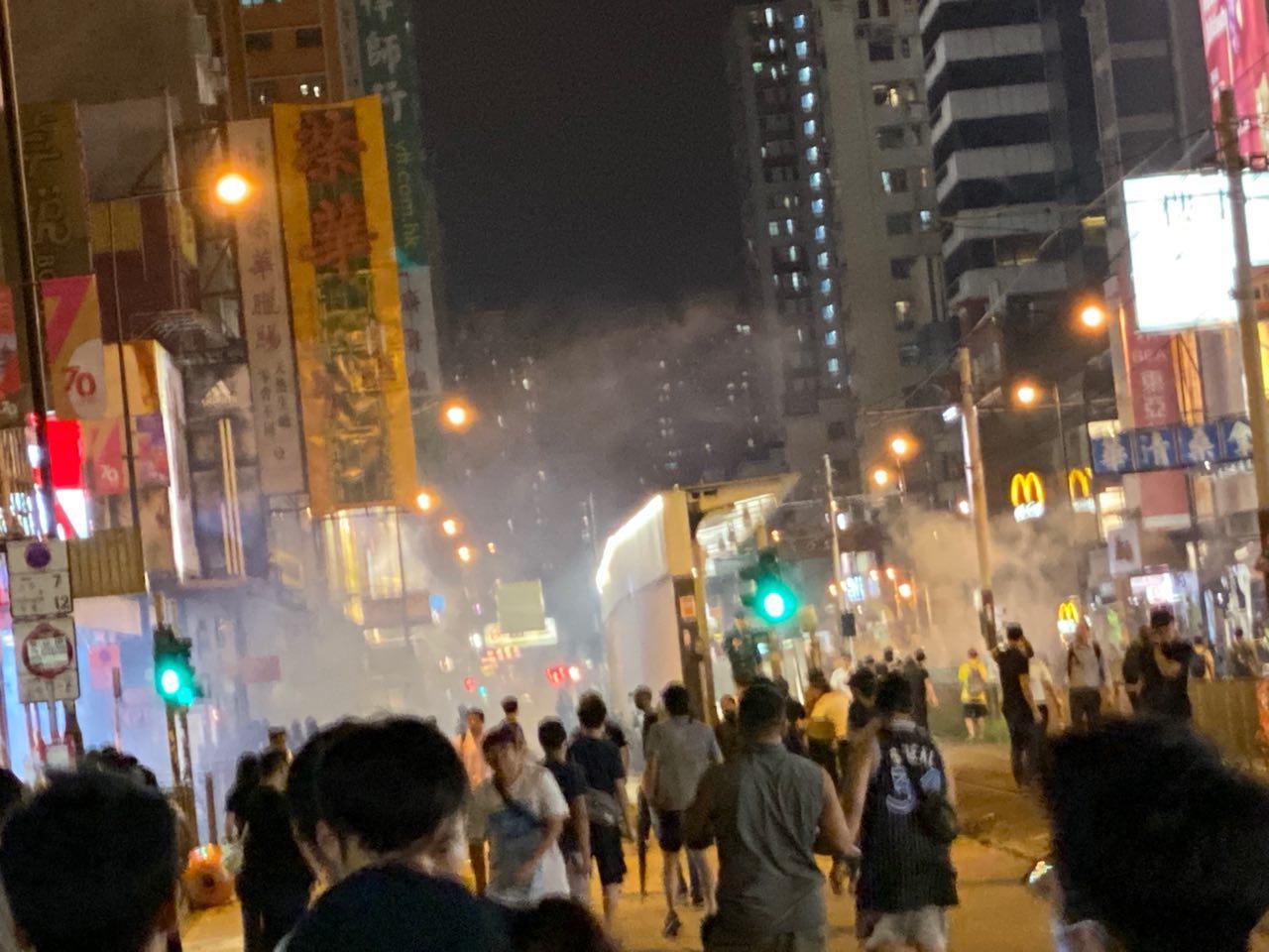 9月21日香港市民在元朗西鐵站靜坐集會,表達呼籲勿忘「721元朗恐襲」。入夜後,警察狂射催淚彈驅散市民。(駱亞/大紀元)