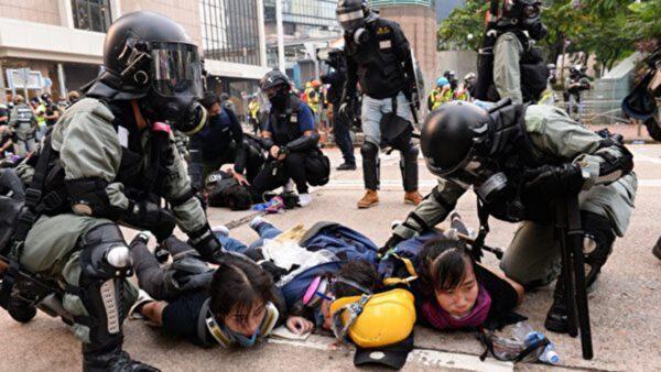 港警在金鐘狂抓抗爭者,3位女生同時被抓。(宋碧龍/大紀元)