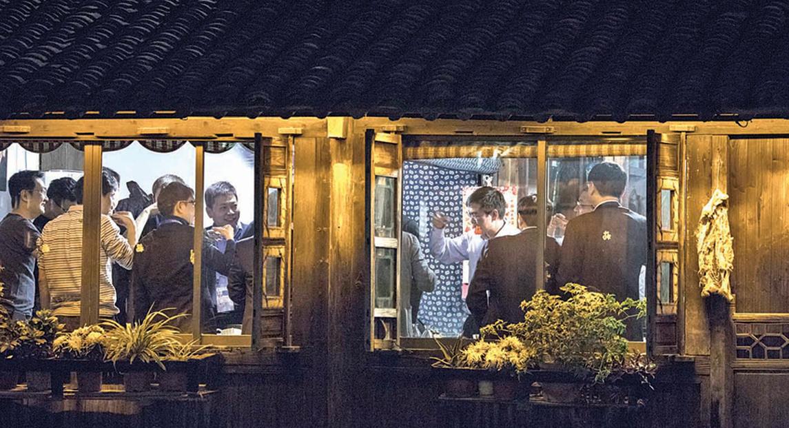 第六屆烏鎮大會,互聯網大咖飯局的熱度大減。圖為 2017 年 12 月 3 日晚,網易 CEO丁磊做東,騰訊馬化騰、百度李彥宏、京東CEO 劉強東、搜狐CEO 張朝陽、小米CEO雷軍等大咖參加第四屆大會,在烏鎮民宿聚餐,當時還熱鬧非凡。( 大紀元資料室)