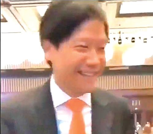 小米總裁雷軍被記者問到「這屆互聯網大會OK 不OK ?」時笑而不答。( 影片截圖)