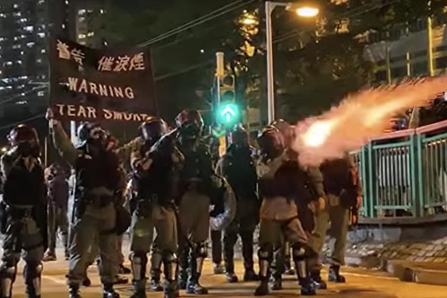 10月21日,元朗事件三個月,警察舉黑旗發射催淚彈。(駱亞/大紀元)