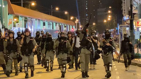 元朗白衣人恐襲事件三個月,警方如臨大敵部署大量警力應對抗爭者。(駱亞/大紀元)