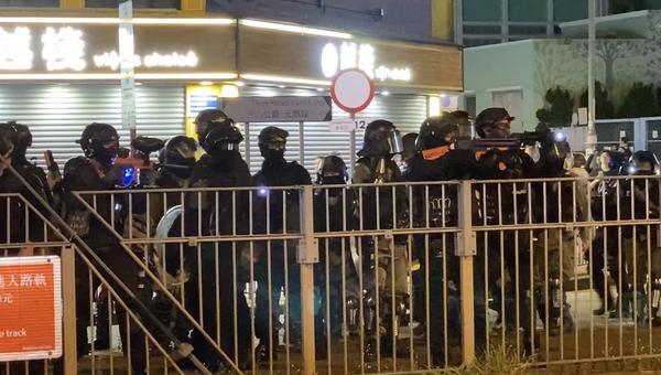 10月21日,元朗事件三個月,主要馬路上到處都是防暴警察,來回驅趕民眾。(駱亞/大紀元)