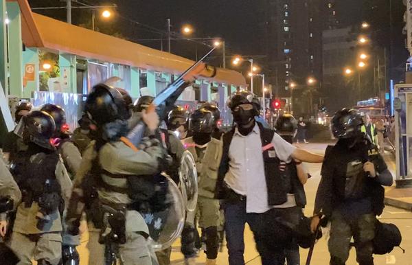 元朗警方拿槍對準天橋上的民眾,嚇唬民眾。(駱亞/大紀元)