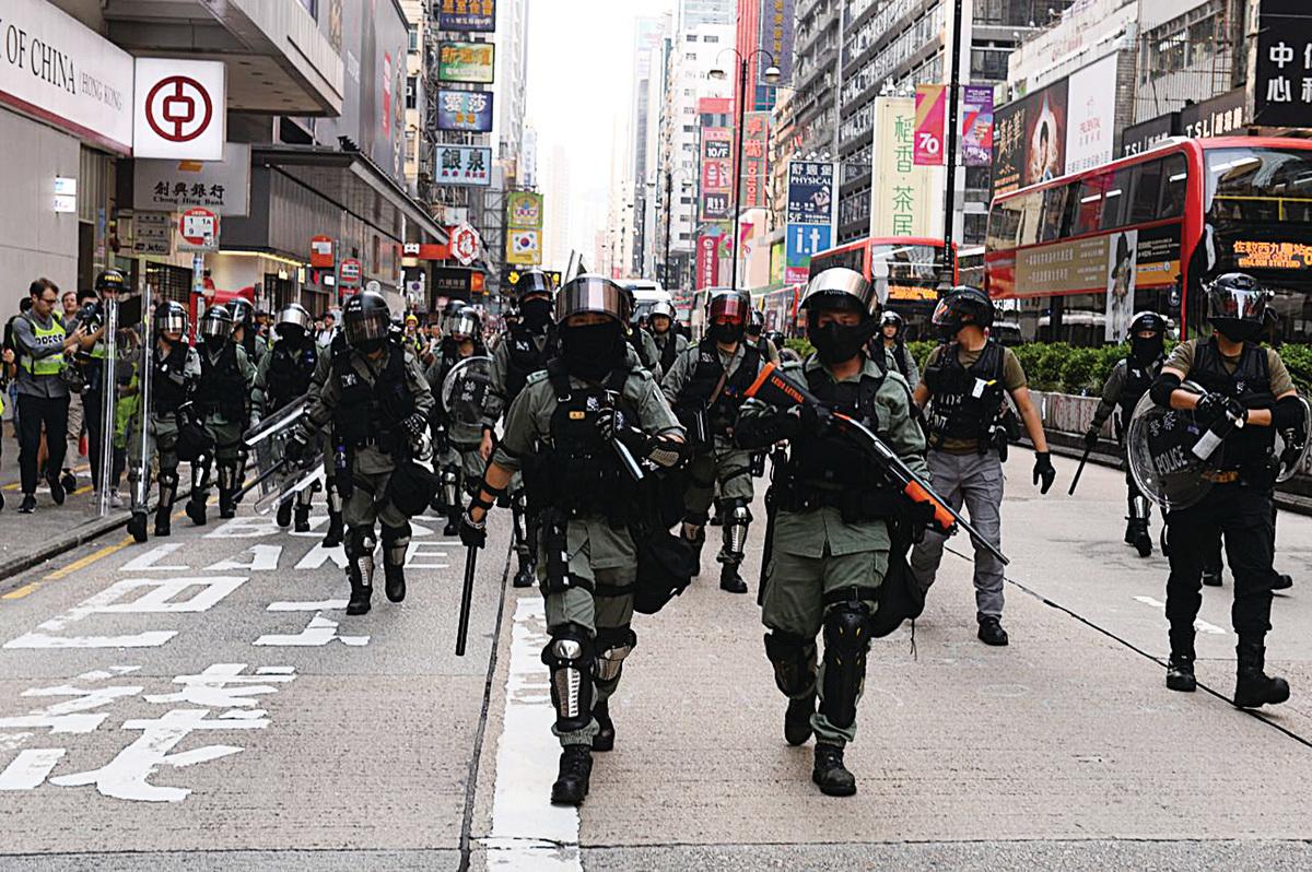 2019年10月13日,大量防暴警察在旺角彌敦道清場。(宋碧龍/大紀元)