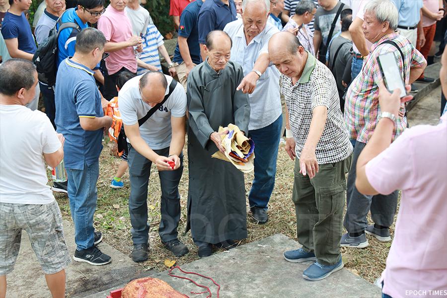 彭氏族人在黃曆九月初八到訪皇后山軍營,拜祭開基祖宋初太始祖彭公及二世祖。(陳仲明/大紀元)