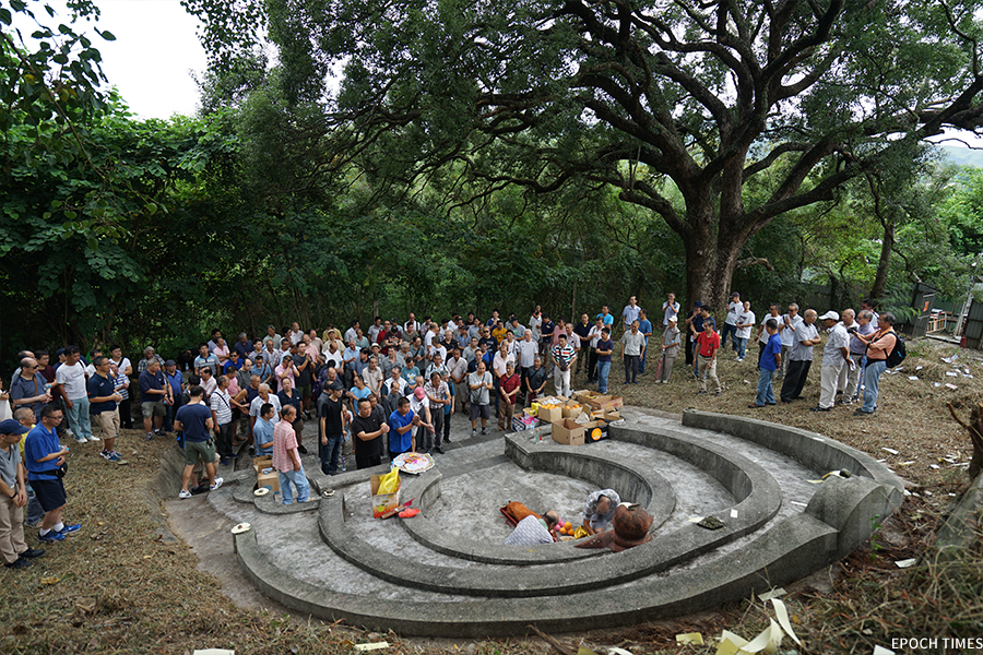 彭氏族人在黃曆九月初八到訪皇后山軍營,拜祭開基祖宋初太始祖彭公及二世祖。(曾蓮/大紀元)