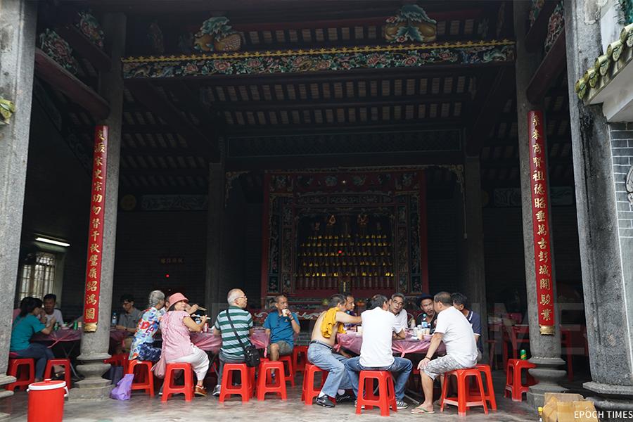 儀式結束後,眾人回到彭氏宗祠享用盆菜。(曾蓮/大紀元)