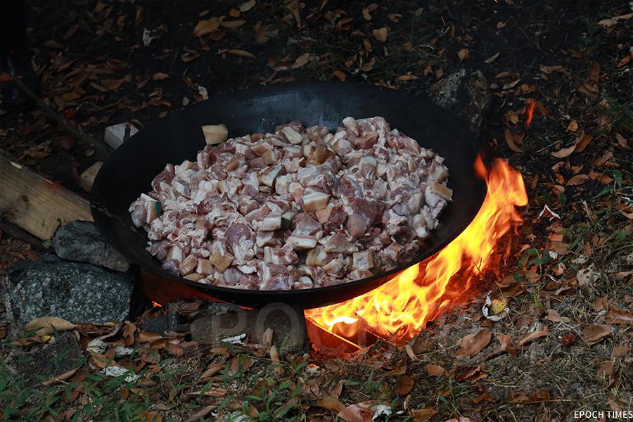 即場烹飪盆菜。(陳仲明/大紀元)
