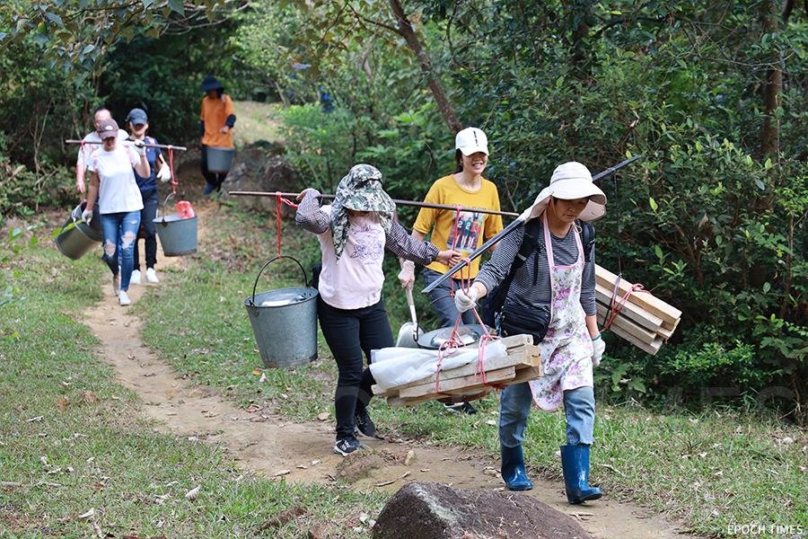 鄧氏族人沿山徑徒步40分鐘到蓮花山墓地。(陳仲明/大紀元)