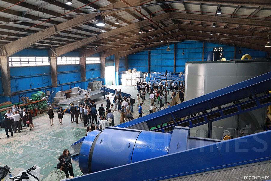 「喵坊」位於元朗的回收廠面積2萬平方呎,引入水力打漿技術,全新購入的機器可自動將紙與膠、鋁分離。(陳仲明/大紀元)