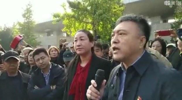 北京市昌平區崔村鎮黨委書記韓軍及鎮長2019年10月18日被上千抗議強拆房屋的業主圍住發問。(影片截圖)