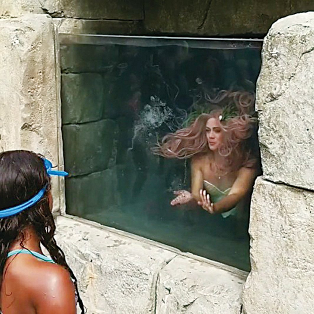 美人魚Maizie表演吐氣泡的拿手好戲。(MaizieMermaid/Instragram)
