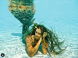 童話美人魚現身玻璃水缸 還會浮上水面解答問題