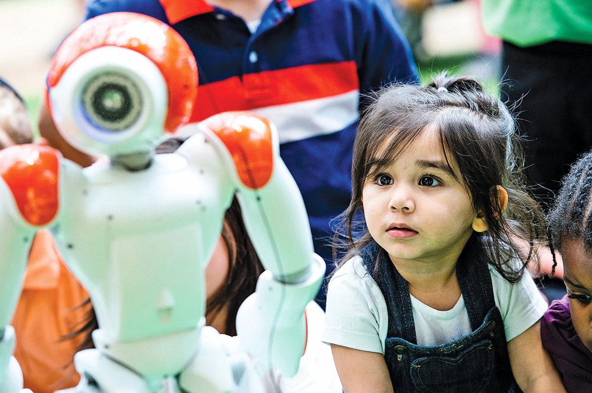 2016年8月10日,會說故事、唱歌和跳舞的人工智能機器人造訪倫敦 Westfield 和小朋友互動。(Getty Images)