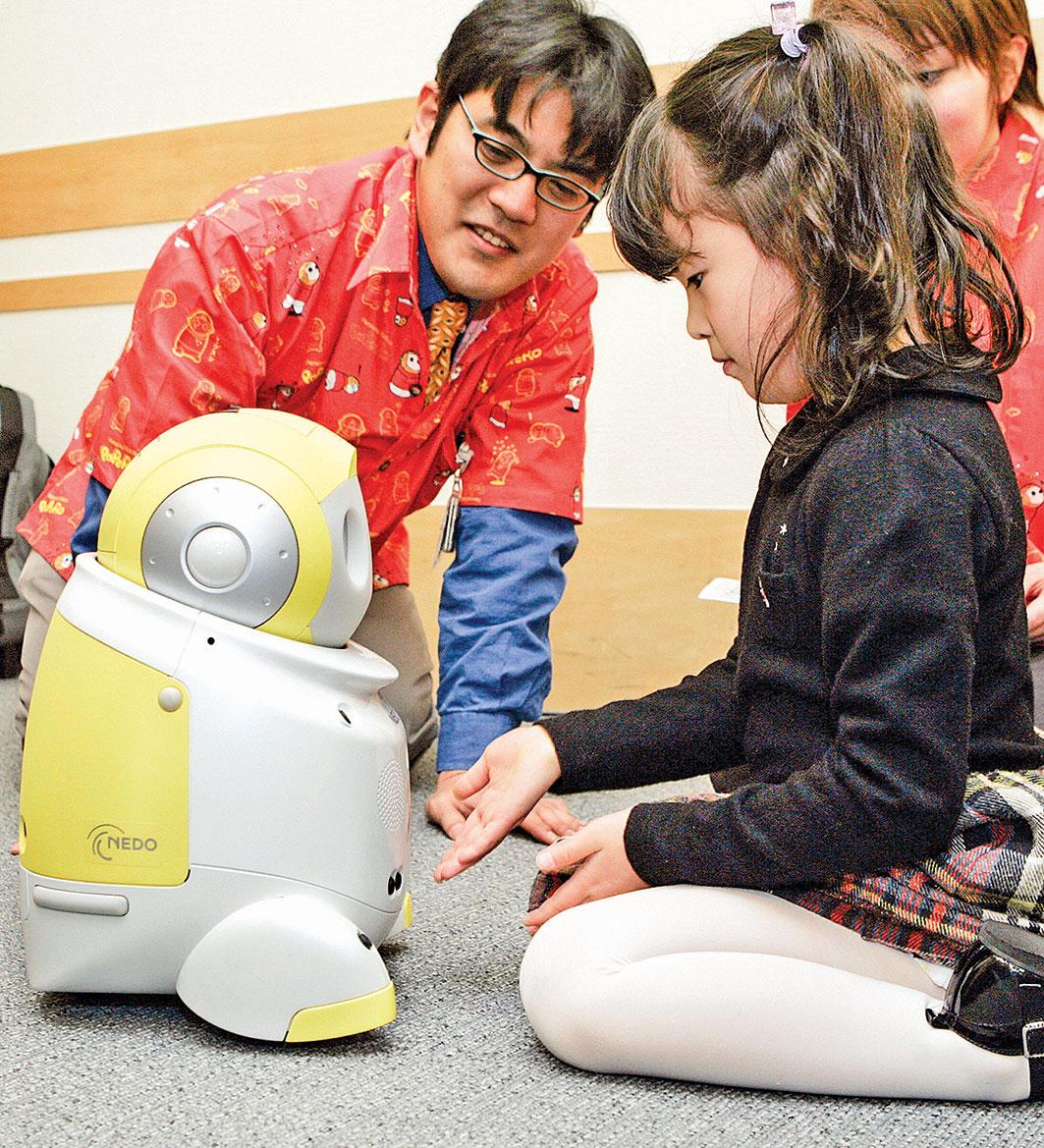 日本電腦大廠日本電氣(NEC)推出具充當小孩玩伴、問候、講笑話以及與主人一起跳舞等功能的互動型保母機器人。(Getty Images)