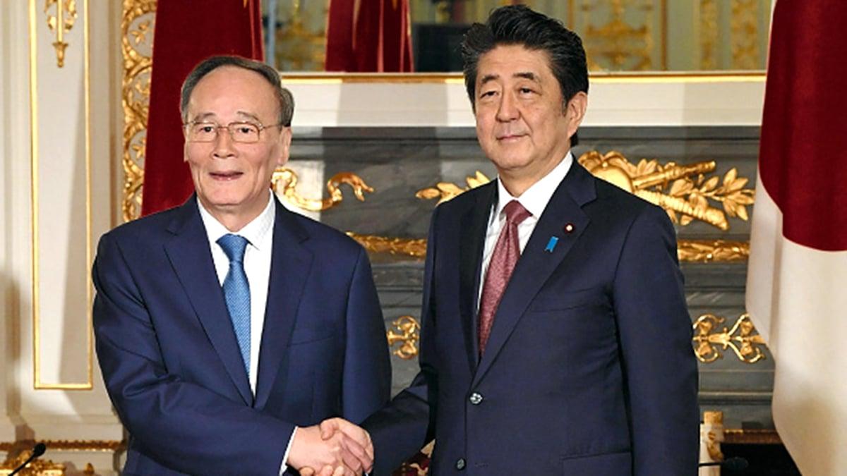 10月23日,安倍晉三(右)在東京與王岐山(左)舉行會談,表示日本「非常關注」香港問題。(JAPAN POOL VIA JIJI PRESS/JIJI PRESS/AFP via Getty Images)