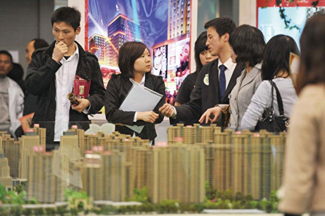 大房企資金鏈承壓,融資渠道收緊,房企打折促銷回籠現金。(Getty Images)