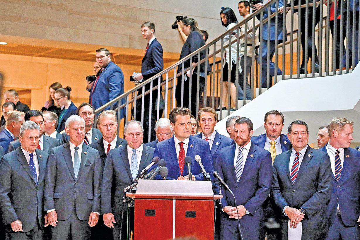 數十名共和黨議員周三在「闖入」民主黨主持的閉門聽證會前舉行記者會,痛斥民主黨的調查不公平,缺乏透明度。(Getty Images)