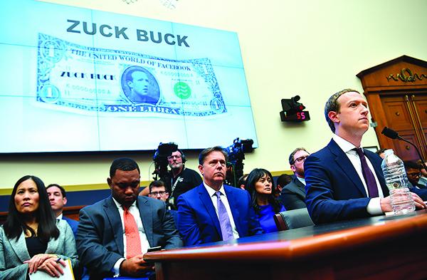 臉書行政總裁朱克伯格(右一)10月23日出席國會作證。(AFP)